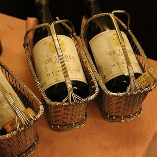 イタリア産の銘柄を中心に、ソムリエ厳選のワインを取り揃え
