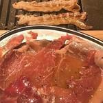 熟成焼肉 肉源 - ドルチェポルコ豚(手前)