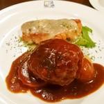 カサ・デ・フジモリ - ハンバーグステーキと鮭のムニエル