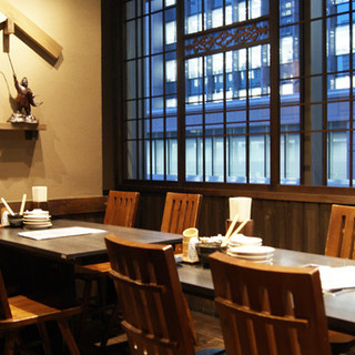 窓際のテーブル席個室!