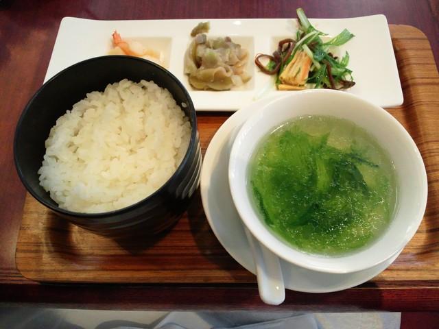 新橋亭 新橋別館 - メイン料理が来る前に提供される前菜達