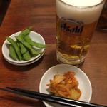 段七 - ビールセット 〆ラーメン付き ¥1580の、ビールと枝豆。 キムチは卓上にある無料サービス。