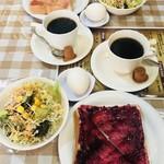 デリパレス - モーニング400円…ゆで卵、サラダ、トースト 手前ブルーベリージャム、奥ストロベリージャム コーヒー(なくなると注ぎに来てくれます)