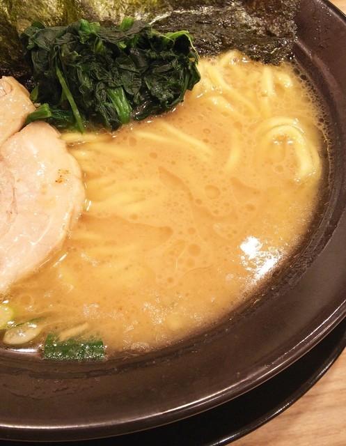 横浜家系ラーメン 武骨家 - クリーミーだけど醤油感もそこそこ強め。