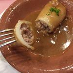 スペイン料理銀座エスペロ - ヤリイカの中に、ゲソ、エビ、ホタテ、ソテーしたタマネギを白ワインで煮詰めたものが詰まっています^ ^