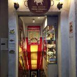 スペイン料理銀座エスペロ - 店内の活気が伝わるカラフルさ!