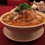 中国料理 翠 - 龍醬担々麺。スープはもったりと重く、伊勢海老の海老味噌のような味わいも感じられる。殻ごと回しているのかビスクのようなニュアンスで殻由来のようなざらつきも。 一杯の量はかなりしっかり。