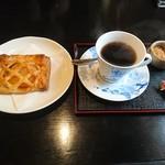 珈琲 時代屋 - アップルパイと コーヒーセット 700円  うれしいお値段♪ヽ(´▽`)/       アップルパイは  見た目より はるかに 甘さ 控えめ  美味しかったです ♪