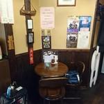 珈琲 時代屋 - 小さな丸テーブル一つ