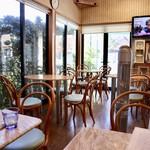 ボスドッグ - 明るいカフェのような雰囲気