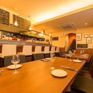 団体利用も可能な広いテーブルとお一人様大歓迎のカウンター