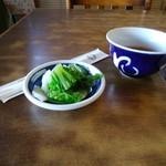 とんかつ勝健 - 茶と漬物が先ず供されます。
