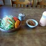 とんかつ勝健 - ジャンボ系はサラダが別添でくるんだって。