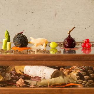 一皿の料理で綴られる、緻密なストーリーと季節の情景
