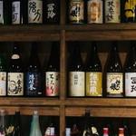 日本酒cafe & 蕎麦 誘酒庵 - カウンター内、日本酒ラインナップ