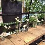 青山フラワーマーケットティーハウス - カウンターは白いスプレーバラでした