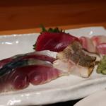 魚菜屋 なかむら - 〆鯖、イサキ炙り、赤身、真鯛の刺身盛合せアップ
