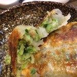 麺屋 五郎蔵 - 「焼き餃子」餡拡大。野菜の色目が緑鮮やかで、新鮮野菜が使用されていることが見て取れるが、手刻みではないらしく、フードプロセッサー使用と思われる。