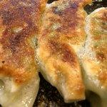 麺屋 五郎蔵 - 「焼き餃子」接写。1グラム単価 2.52円は、一般的な平均値 2.50円と同様であり、コストパフォーマンス的には平均的と言える。