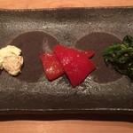 串揚げ 依知川 - 前菜(クリームチーズの味噌漬け + 赤パプリカの酒盗ソース漬け + ほうれん草の胡麻和え)