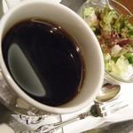 カフェ&バー ウミノ - ハーフサンドセットのサラダとコーヒー