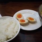 横濱家 - ライスと味玉。