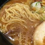 富山ブラック 麺家いろは - 麺とスープ接写。
