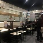 富山ブラック 麺家いろは - 清潔な店内。