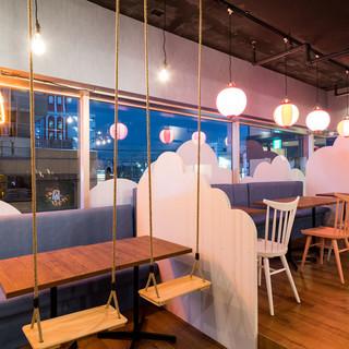 椅子がブランコ~Σ(・□・;)&テーブルが卓球台?!