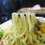 赤湯 とんとんラーメン - 青唐辛子の微塵切りと麺を炒めてあります