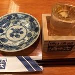 酒の穴 - 日本酒は桝にグラスで提供されます
