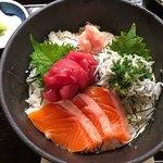 米作 - 三種丼 1050円。