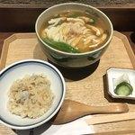 仁王門 うね乃 - たぬきうどん(950円)+炊き込みごはん小(300円)