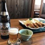 播磨水産 - カキフライとビールを並べます(2017.12.22)