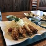 播磨水産 - 殻付き蒸し牡蠣が2皿来たので集合写真!(2017.12.22)