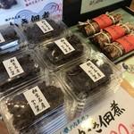 播磨水産 - 牡蠣の佃煮や、鯖の棒寿司が並んでいます(2017.12.22)