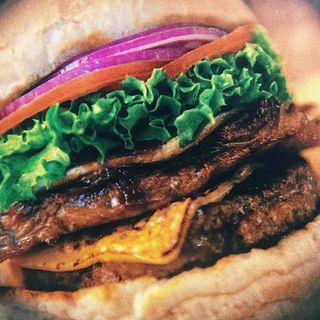 アメリカンサイズ!超粗びきのパティの絶品バーガー