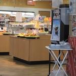 おべんとうのヒライ - イートインコーナーの外にはちゃんと普通にお弁当や飲み物も販売してありました。