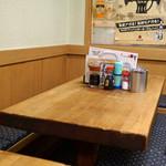 酒津屋 - テーブル席