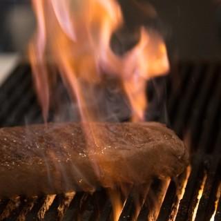特注の炭焼台で仕上げる黒毛和牛の炭火焼ステーキ