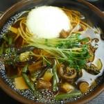 そば作 - 温かい山菜そば480円(税込)とろろまで入ってます♪ここの温かい お蕎麦、美味しいわ~(〃ω〃)♪