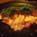 燻製キッチン - 鶏もも肉のタタキと燻製梅肉