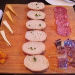 カリビアンパイレーツ - パンにサラミ、ビーフジャーキー、チーズ