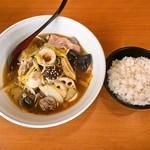 好辣鴨 - 冒菜 (それほど辛くはないピリ辛)とライス  (サービス)