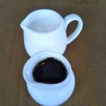 カフェ自休自足 - アイスコーヒーのミルクと甘味料