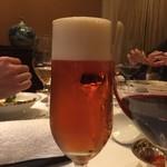 78372324 - ビールの奥でみんな蟹と格闘