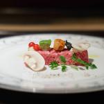 肉匠なか田 - 和牛のタルタル (二人でそれぞれの皿に分けてくれます)