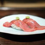 肉匠なか田 - 和牛炙り寿司 (二人でそれぞれの皿に分けてくれます)