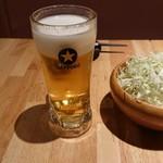 楽 - 生ビール519円とお通しのキャベツ 324円