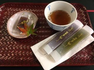 豆子郎の里 茶藏庵 - 茶房に行かなくても、無料でお茶を提供してくれました。
